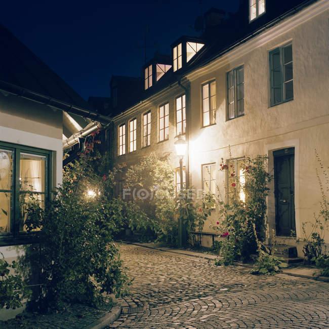 Strada del centro storico illuminata di notte, Lund, Skane, Sverige — Foto stock