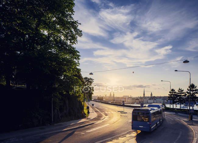 Автобус на солнце освещенные дороги, Стокгольм — стоковое фото