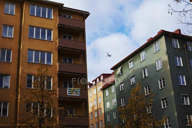 Низкий угол зрения зданий жилой район с самолета в небе — стоковое фото