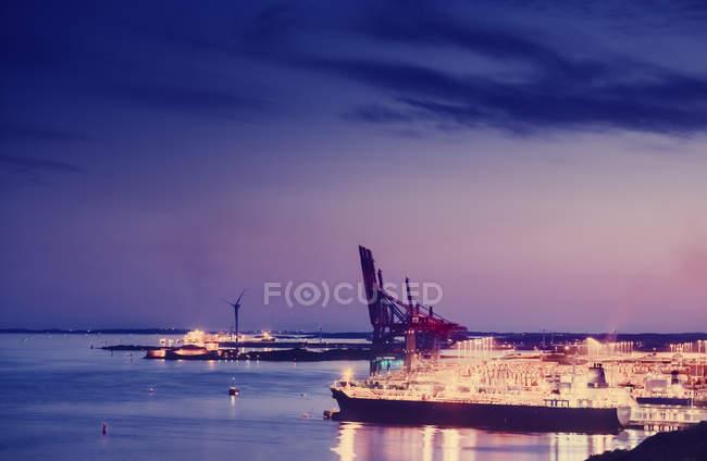 Erhöhte Ansicht der beleuchteten Stadt und des Hafens in der Dämmerung — Stockfoto