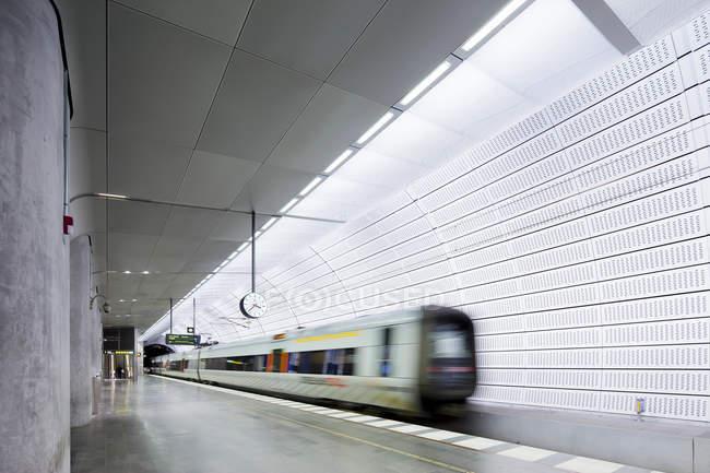 Метро платформы и размытым движущегося поезда — стоковое фото