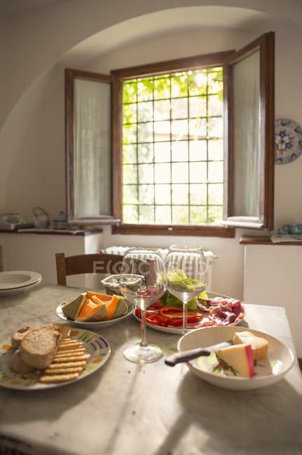 Jantar servido na mesa de casa de fazenda — Fotografia de Stock