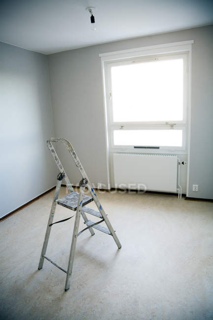 Elevated view of ladder in empty room — Stock Photo
