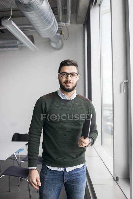Ritratto dell'uomo che tiene compressa digitale — Foto stock
