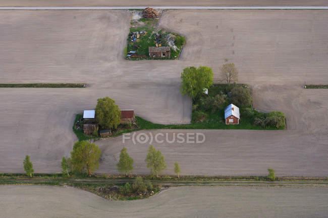 Вид с воздуха на фермерские здания и посевные поля — стоковое фото