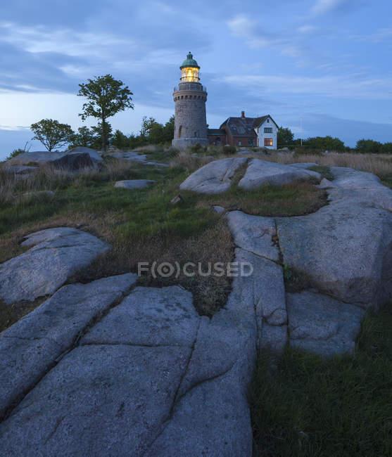 Hammeren Leuchtturm auf felsigem Hügel in der Abenddämmerung beleuchtet — Stockfoto