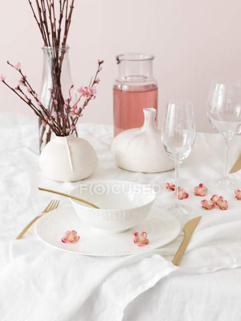 Set mesa decorada con flor de sakura de ramillas - foto de stock