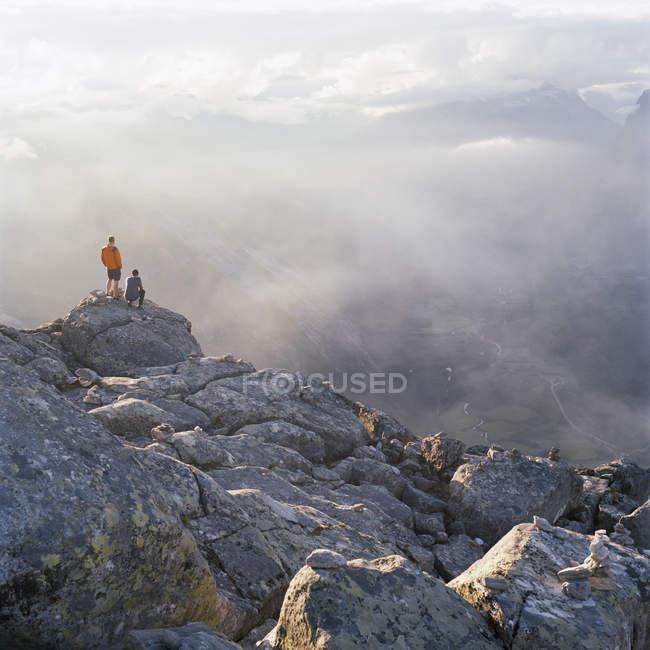 Excursionistas en Cumbre de Dalsnibba con Valle de Geiranger en fondo - foto de stock