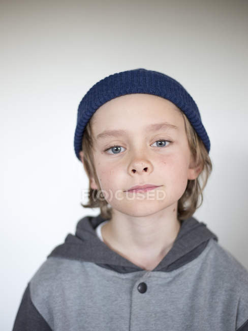 Портрет мальчика, носить синий вязать шляпу — стоковое фото