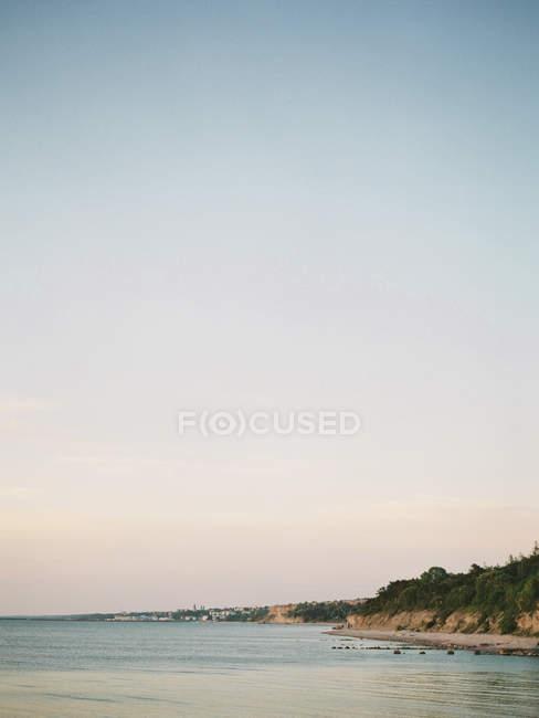 Litoral do mar com céu claro por do sol — Fotografia de Stock