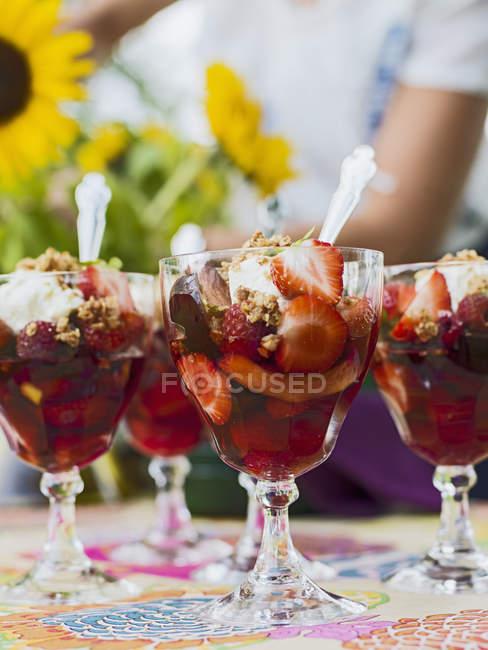 Sobremesa de gelatina de morango em óculos na mesa — Fotografia de Stock
