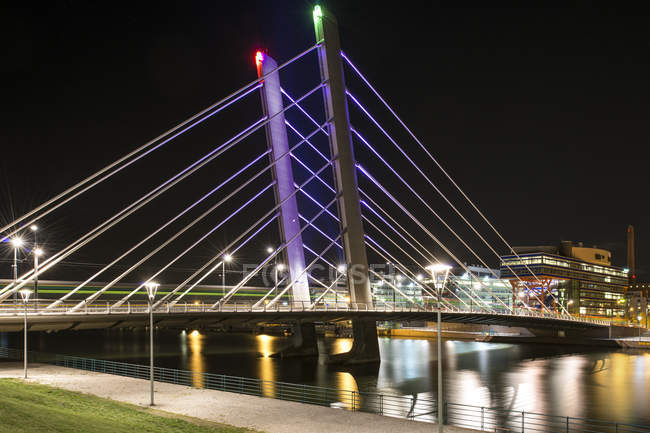 Langzeitbelichtung geschossen beleuchtete Hängebrücke — Stockfoto