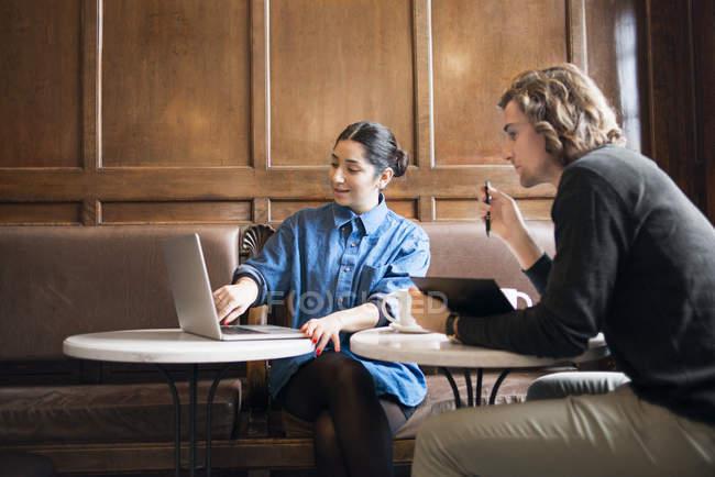 Молодые люди, работающие в кафе, выборочный фокус — стоковое фото