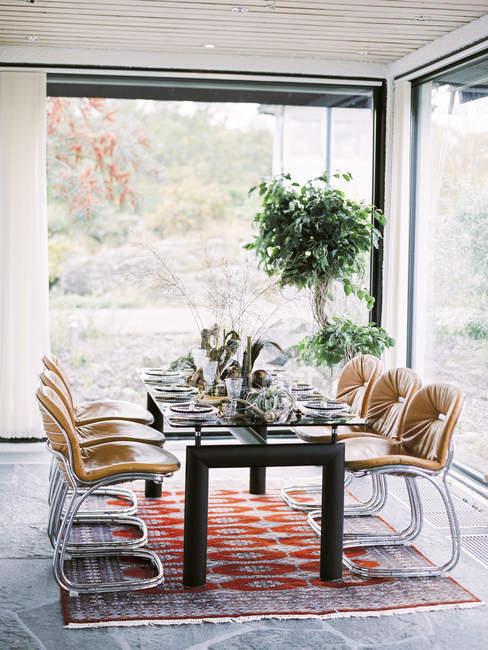 Vista frontal da mesa na sala de jantar — Fotografia de Stock
