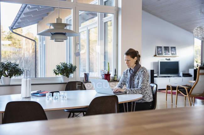 Donna matura che lavora a casa, differenziale focus — Foto stock