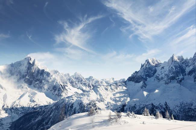 Vista panoramica delle montagne innevate in inverno — Foto stock