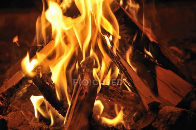 Aufnahme des brennenden Lagerfeuer hautnah — Stockfoto