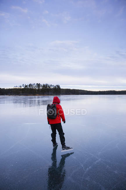 Женщина на коньках на замерзшем озере — стоковое фото