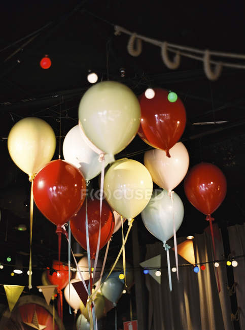 Colorful balloons under ceiling in decorated room — Foto stock