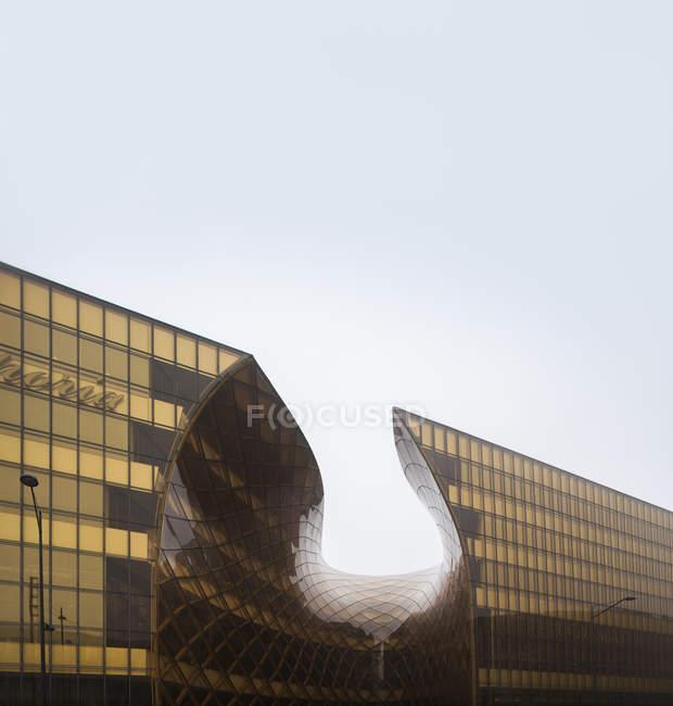 Фасад современного торгового центра, здание против голубого неба — стоковое фото