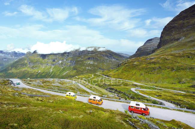 Vista elevata di automobili sulla strada della montagna — Foto stock