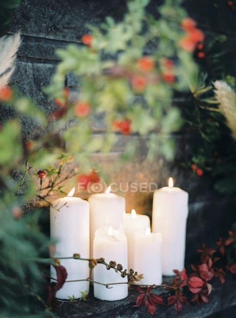 Vista frontale del bianche candele accese — Foto stock