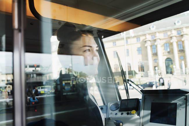 Conductor de tranvía femenina vista a través de la ventana - foto de stock