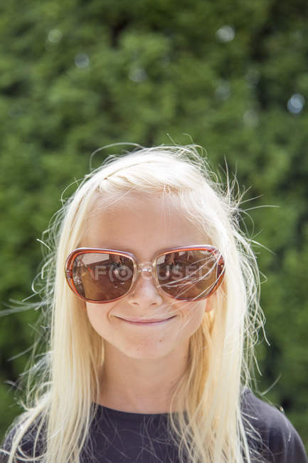 Portrait of girl wearing large sunglasses — Stock Photo