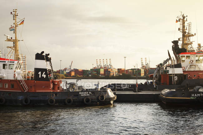 Ships in harbor at commercial dock, Hamburg — Stock Photo