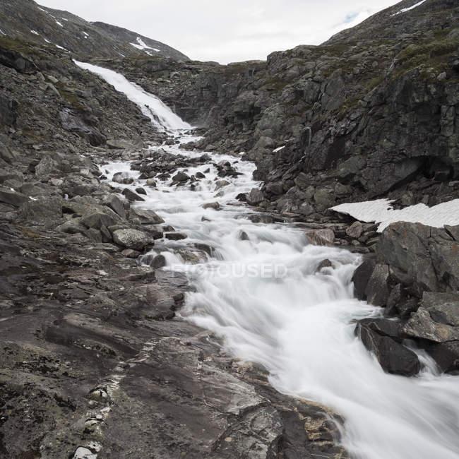 Vista panorámica del arroyo de agua en las montañas - foto de stock