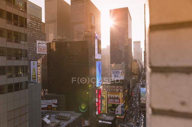 Vista dei moderni grattacieli di Manhattan in controluce al tramonto — Foto stock