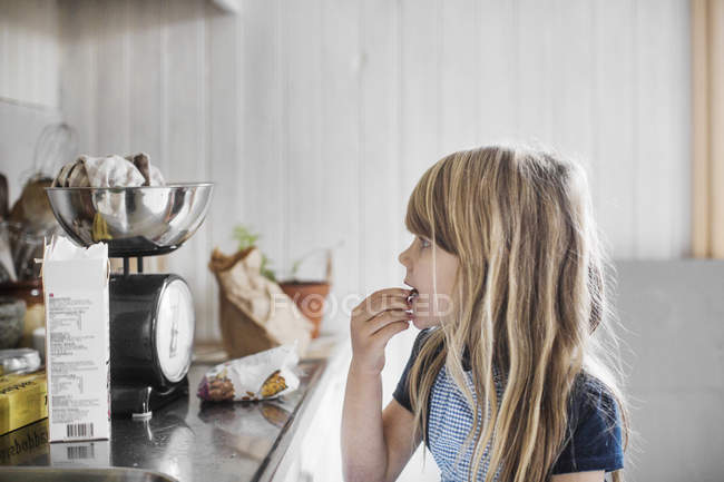 Side view of little girl cooking — Stock Photo