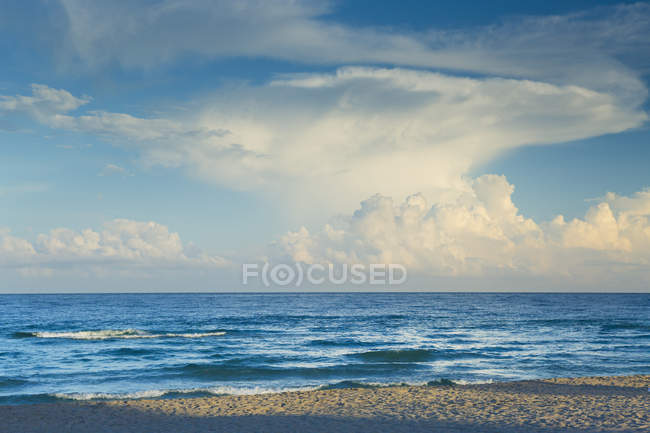 Sun lighted cloudy sky over sea — Stock Photo