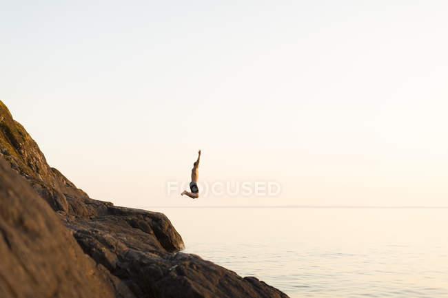 Giovane che salta nel lago, Regno di Svezia — Foto stock