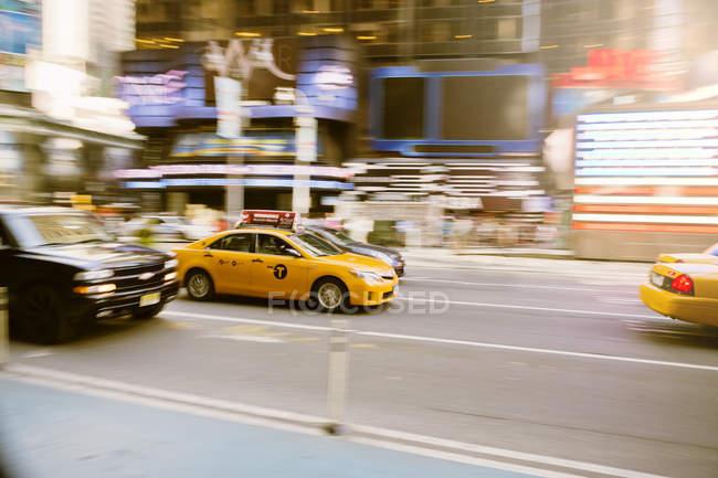 Желтый детёныш такси в пробке на Манхэттене — стоковое фото
