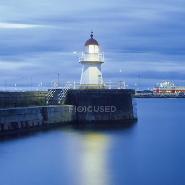 Longue exposition coup de phare éclairée la nuit — Photo de stock