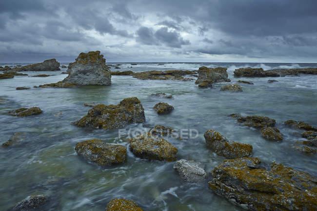 Тучи над скалистые берега на Готланд, Швеция — стоковое фото