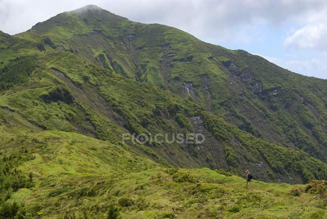 Мальовничим видом жінки, походи в гори — стокове фото