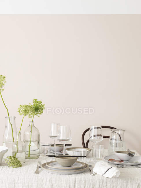 Table decorated in white and green colors — Stock Photo