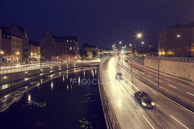 Vista do canal e ponte com carros em movimento à noite — Fotografia de Stock