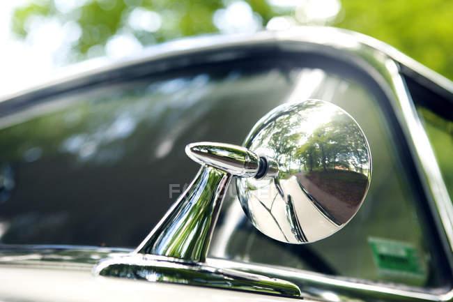 Espejo retrovisor de coches de época - foto de stock
