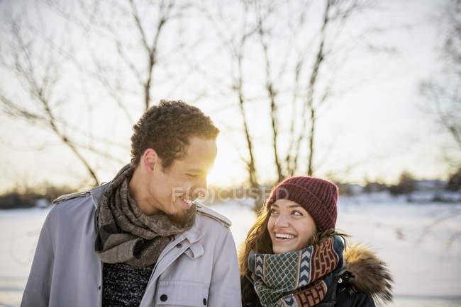 Портрет молодой пары зимой, акцент на переднем плане — стоковое фото