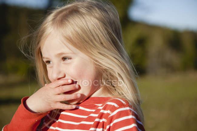 Портрет блондинку прикриття рота рукою — стокове фото