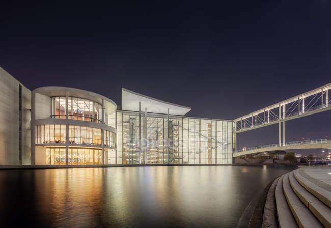 Подсветка зданий в Spreebogenpark ночью — стоковое фото