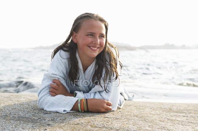 Девушка отдыхает на пляже и смотрит в сторону — стоковое фото