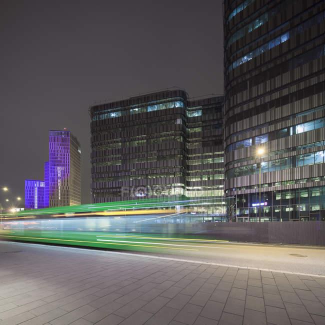 Легкие трассы и зданий города, освещенной ночью — стоковое фото