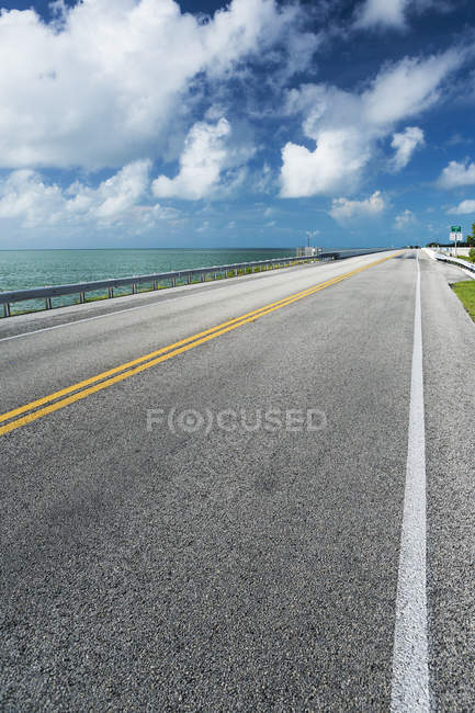 Marqués de croisement route asphalte à côté de la rive de l'océan — Photo de stock