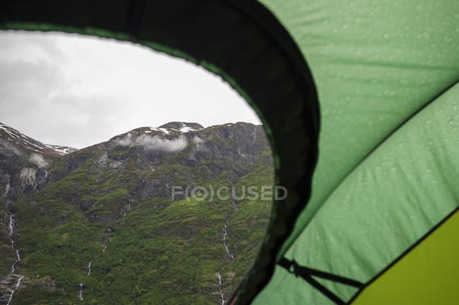 Chaîne de montagnes et ciel nuageux voir de tente — Photo de stock