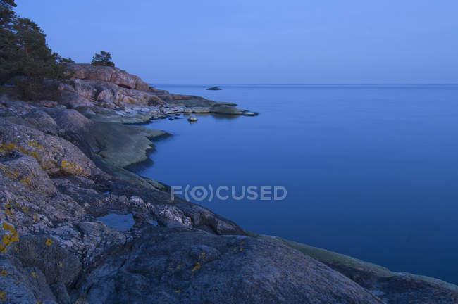 Vue panoramique de la côte au crépuscule, exposition longue balle — Photo de stock