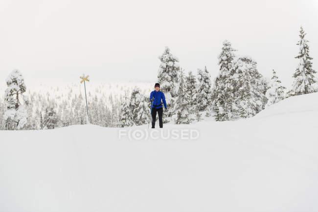 Mulher de esqui no inverno em Salen, Suécia — Fotografia de Stock